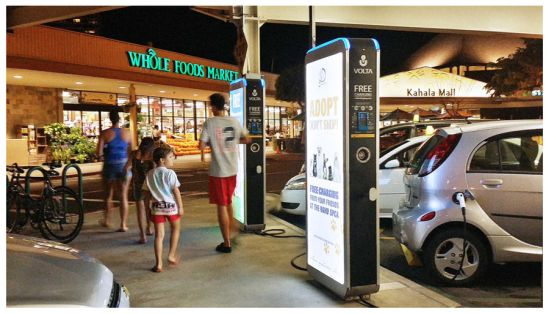 Ladesäule mit großer Werbefläche und kostenlosem Strom für Kunden