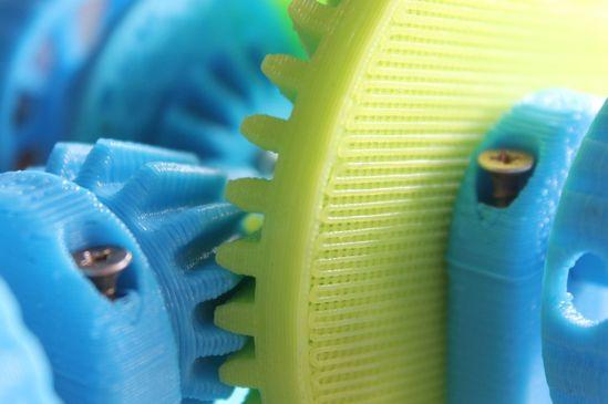 Darstellung der Vorteile eines Additive Manufacturing designten Hydraulikblocks im Vergleich zu einem traditionellen Design