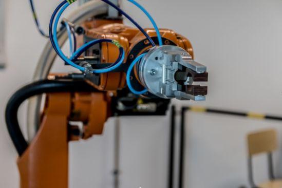 Roboter mit universal Greifer (Quelle: https://pixabay.com/de/roboter-arm-technologie-roboterarm-2791671/)